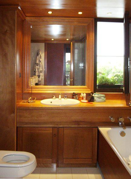 bagno con panneli in legno di okume e noce tanganika