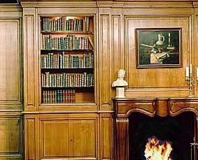 libreria con pannelli in legno