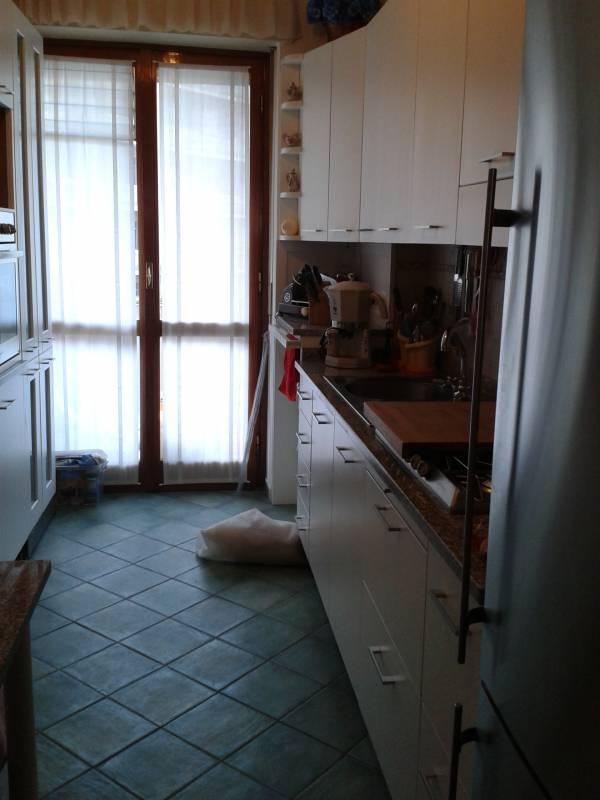 cassettiere zoccolo in cucina su misura