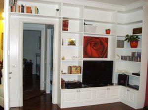 libreria ad angolo con la rosa