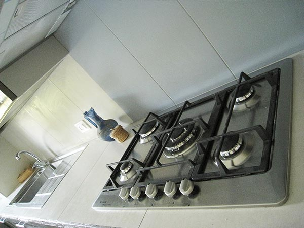 cucina,piano di lavoro rivestito con piastrelle di grès porcellanato ...