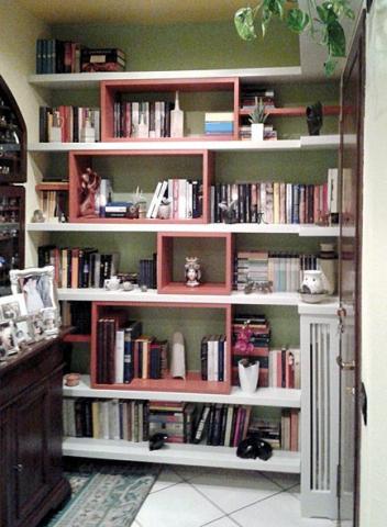 libreria in massello con inserti rossi