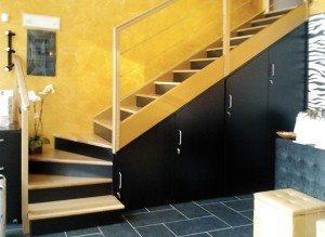armadio su misura in legno sotto scala