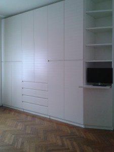 armadio laccato bianco a parete con piano estraibile per televisore