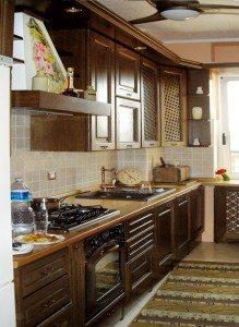Cucine su misura:cucina in massello di rovere ccolor noce con copricalorifero