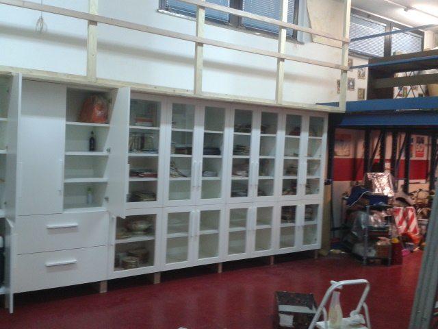 libreria con ante a vetri armadio con pserella