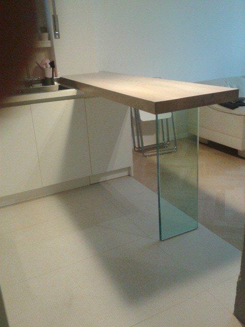 tavolo penisola con piede in vetro