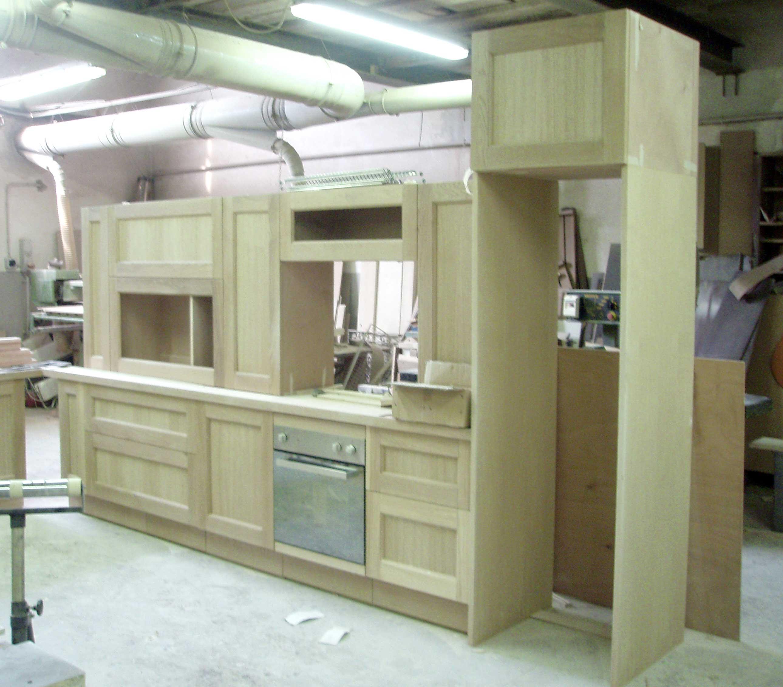 cucina su misura in lavorazione in laboratorio creocasa milano