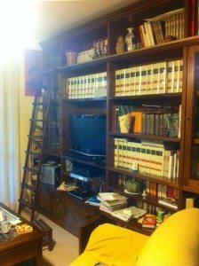 libreria con scaletta in legno masello