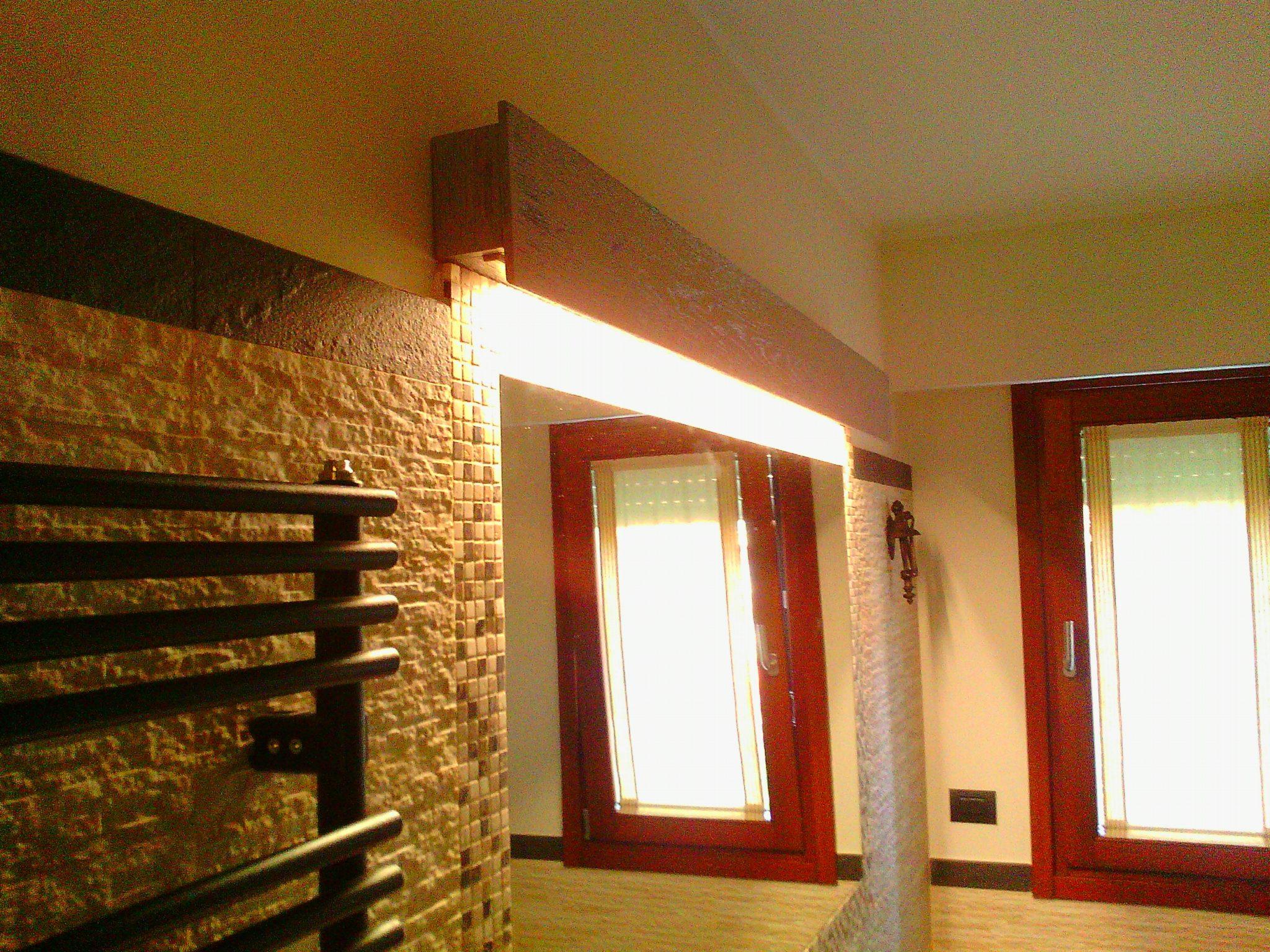 Lampada legno all'interno del bagno