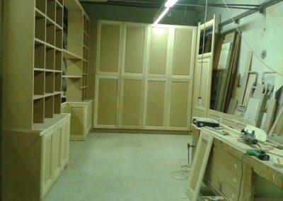 libreria grezza montata in falegnameria