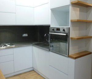 Cucina nell'arredamento a Milano con pilastri interni