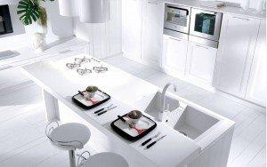 cucina su misura bianca con penisola milano