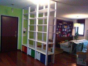 libreria bifacciale ingresso in pino con cestoni