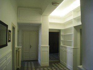 libreria attorno porte con boiserie