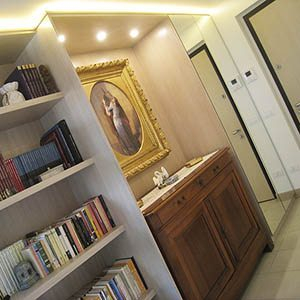 Armadio libreria per ingresso con nicchia per mobile antico