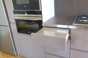 Piano estraibile a scomparsa in nuova cucina su misura cucina