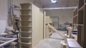 Armadio ad angolo con ante a scorrere, libreria frontale in legno