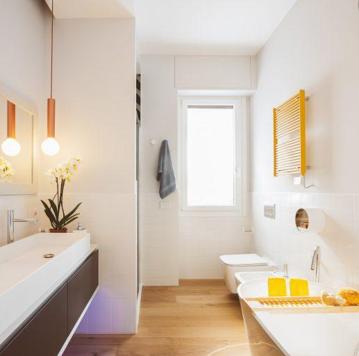 bagno con tocchi di colore