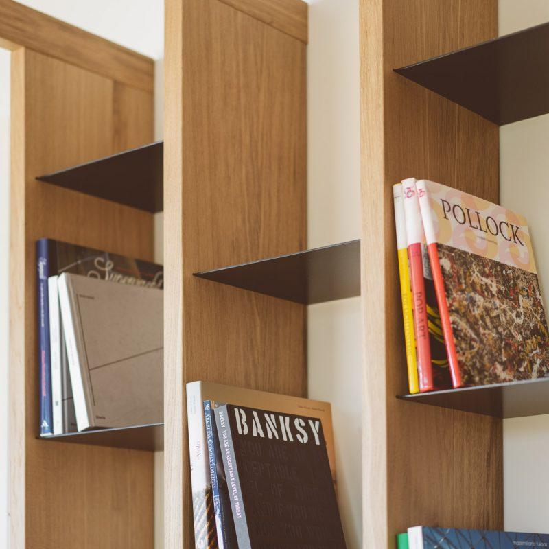 libreria con legno e ferro