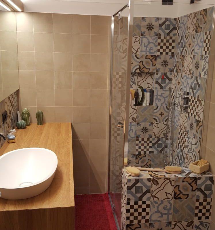 bagno con piastrelle decorate