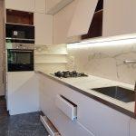 Come arredare una cucina lunga e stretta?